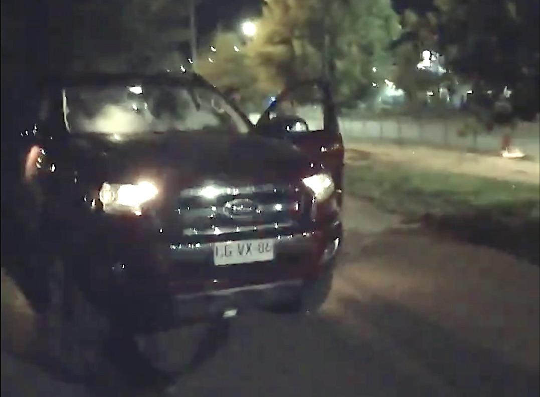 Ebrio anduvo 1,6 km contra el tránsito en su Ford Ranger y terminó conduciendo arriba de la vereda