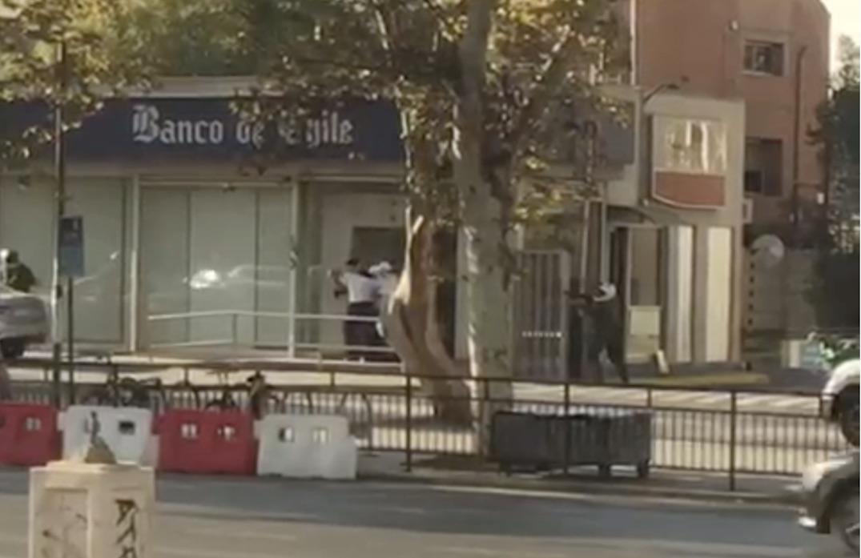 Violento asalto al Banco de Chile deja 2 carabineros heridos a bala en Estación Central