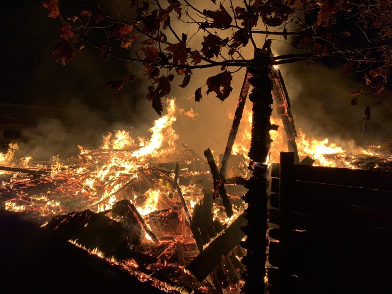 Bodega queda completamente en llamas en Los Ángeles