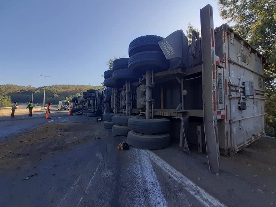 Camión vuelca en la «Cuesta Esperanza» entre Mulchén y Collipulli