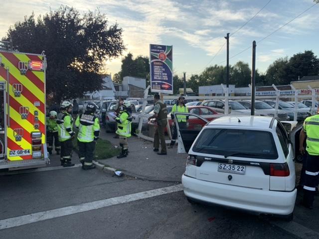 Vehículos colisionan y uno termina incrustado en una automotora en Los Ángeles