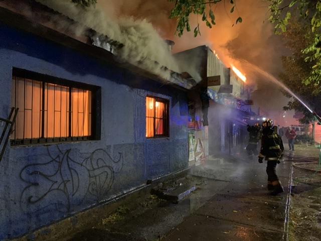Incendio destruye 2 viviendas y un local comercial en Los Ángeles