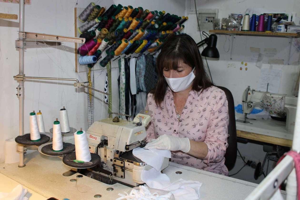 Costureras producen 20 mil mascarillas para comunas del Biobío