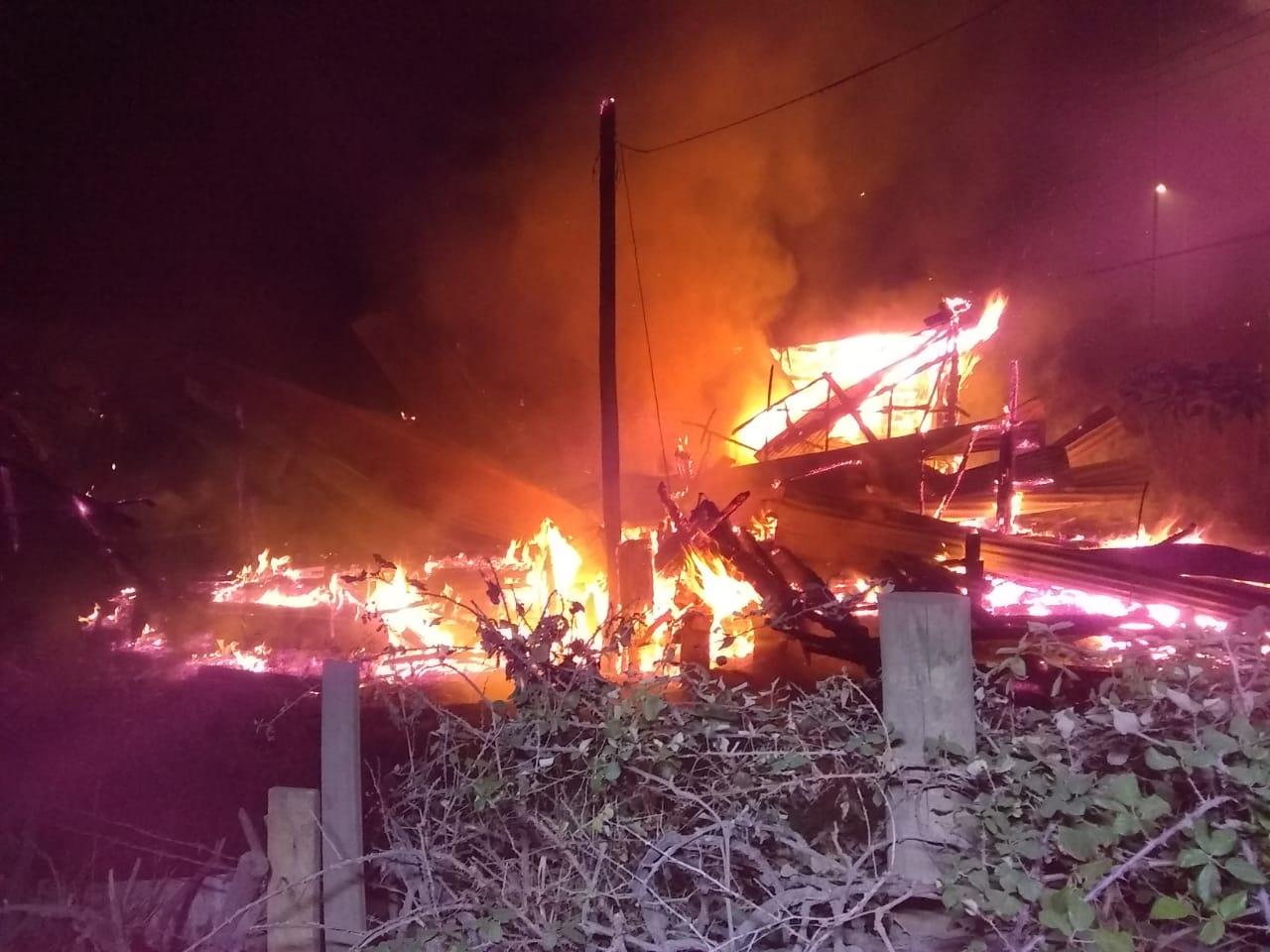 Incendio destruye por completo vivienda en Los Ángeles
