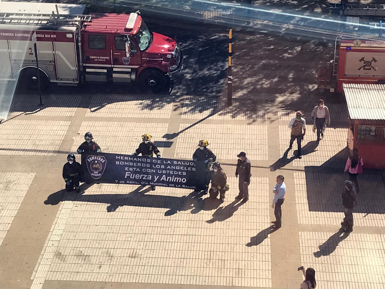 Bomberos homenajearon a funcionarios de la salud en Los Ángeles