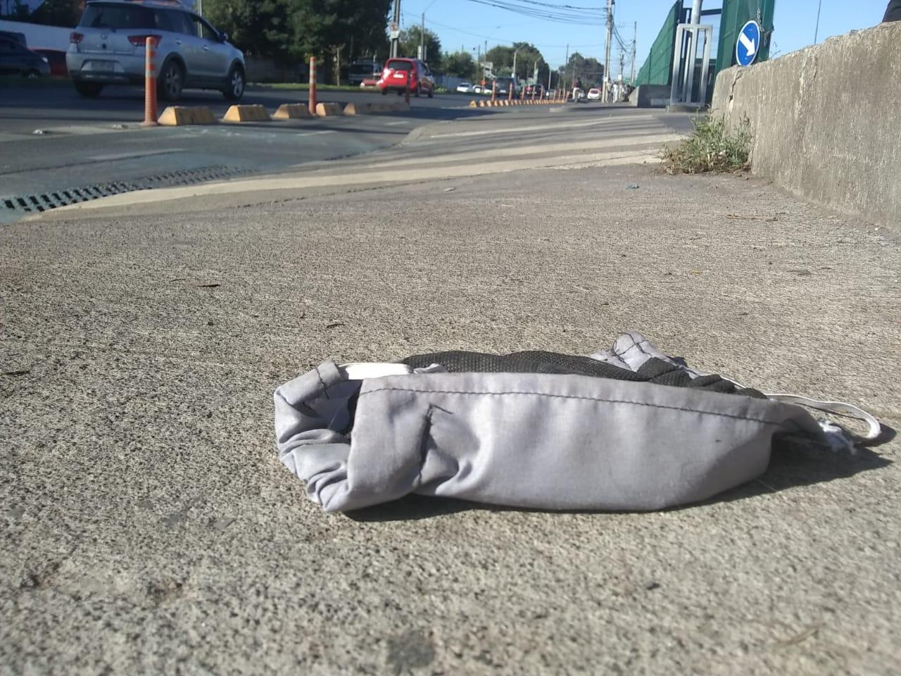 Preocupación por guantes y mascarillas botadas al suelo de Los Ángeles