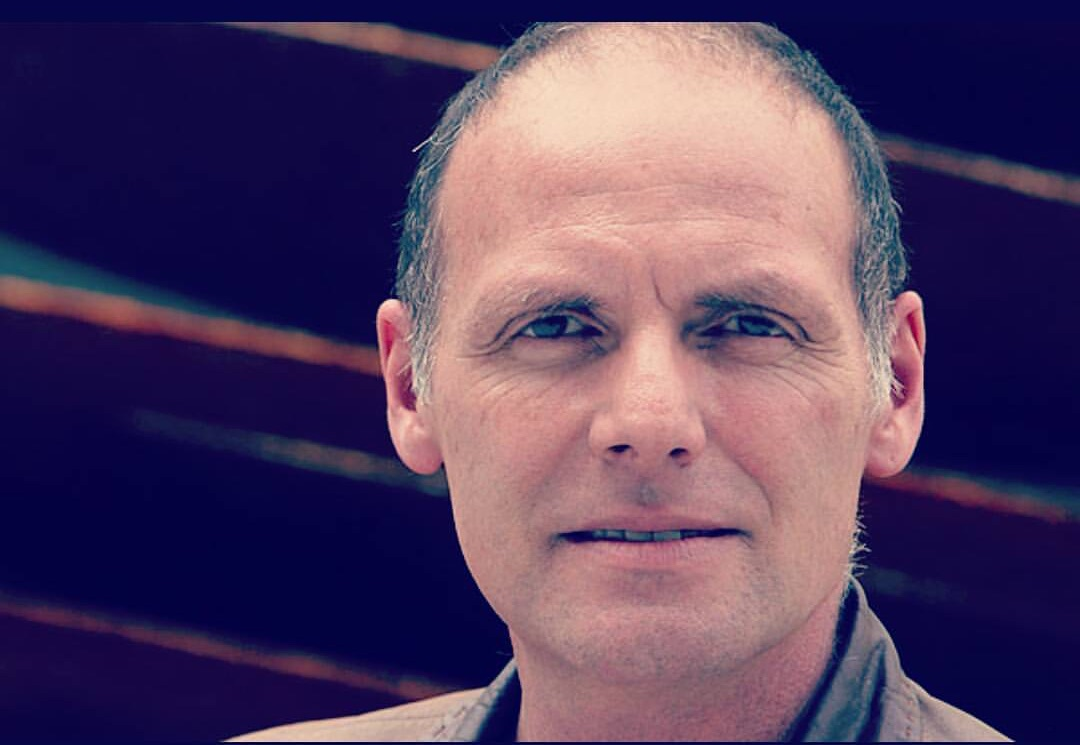 Actor Bastian Bodenhofer realiza hilarantes clases de teatro por la cuarentena