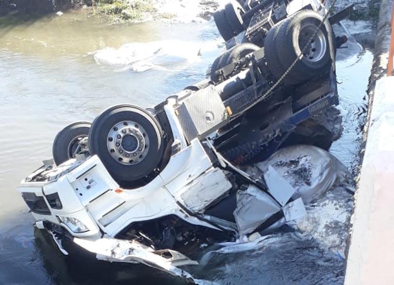 Hombre muere tras volcar en el Puente Cholguague
