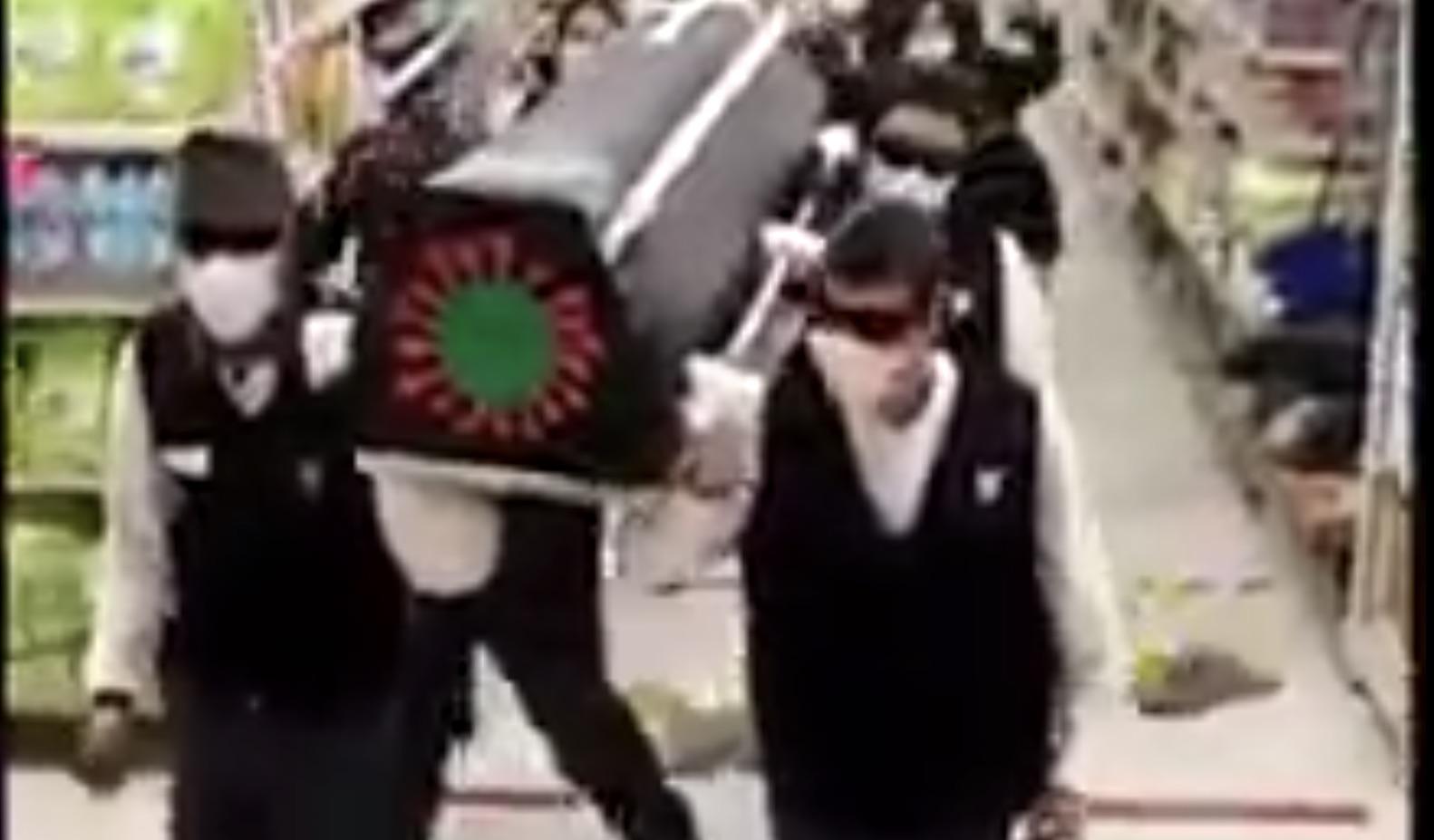 Trabajadores de Unimarc realizan versión de «Los Negros del Ataúd»