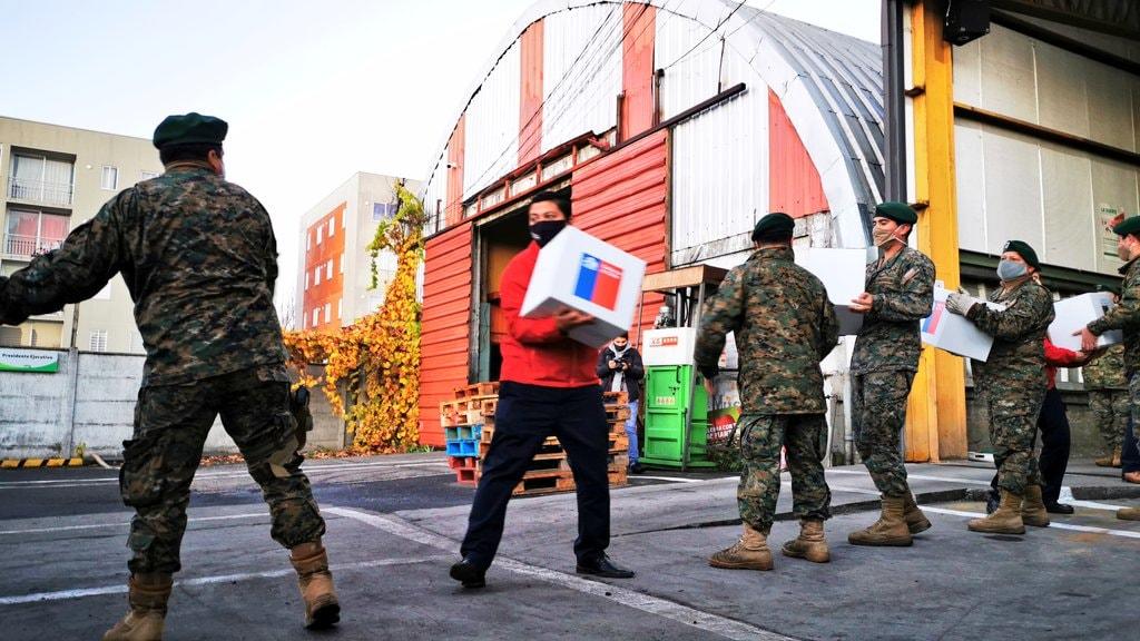 Confirman que militar que entregaba cajas de alimentos dio positivo en Los Ángeles