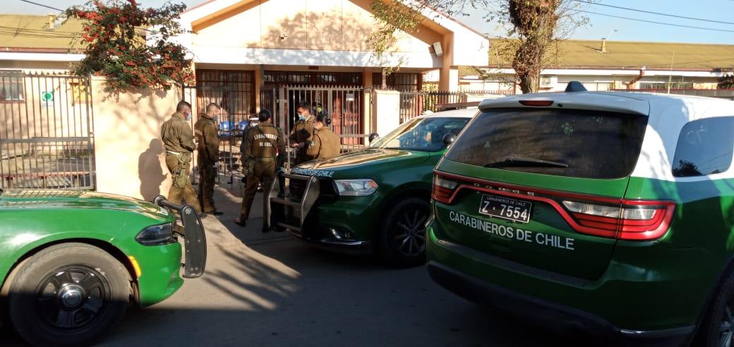 Hombre llegó apuñalado a Cesfam y comenzó a apedrear el recinto en Los Ángeles