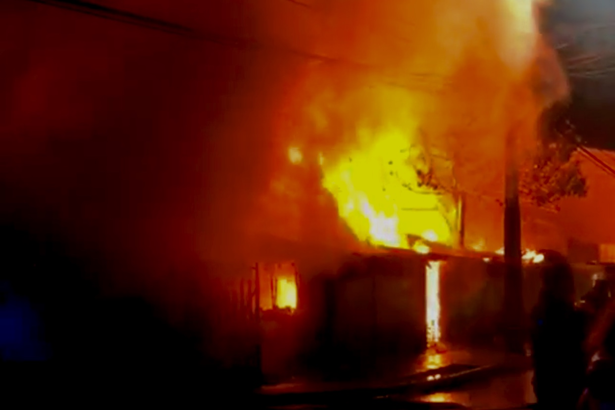 Un muerto y dos viviendas destruidas deja incendio en Los Ángeles
