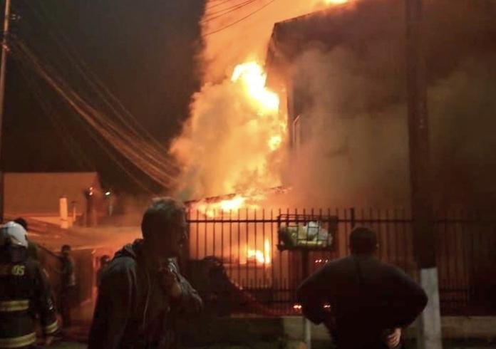 Voraz incendio destruye por completo una casa en Laja