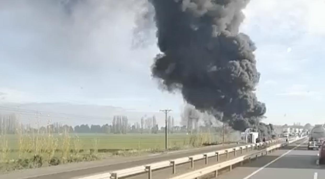 Camión se incendia por completo en la Ruta 5 de Los Ángeles