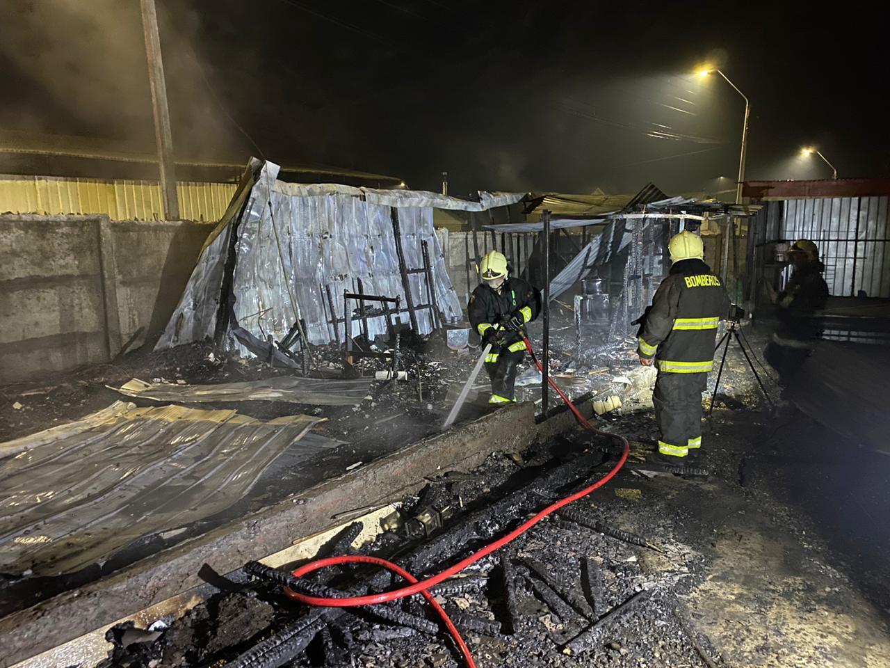 Incendio consumió una  vivienda en Los Ángeles