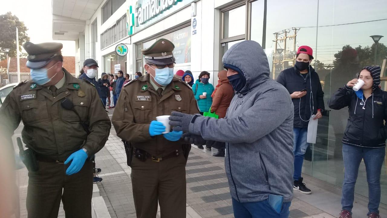 Carabineros repartió café a personas cesantes afuera de la AFC de Los Ángeles