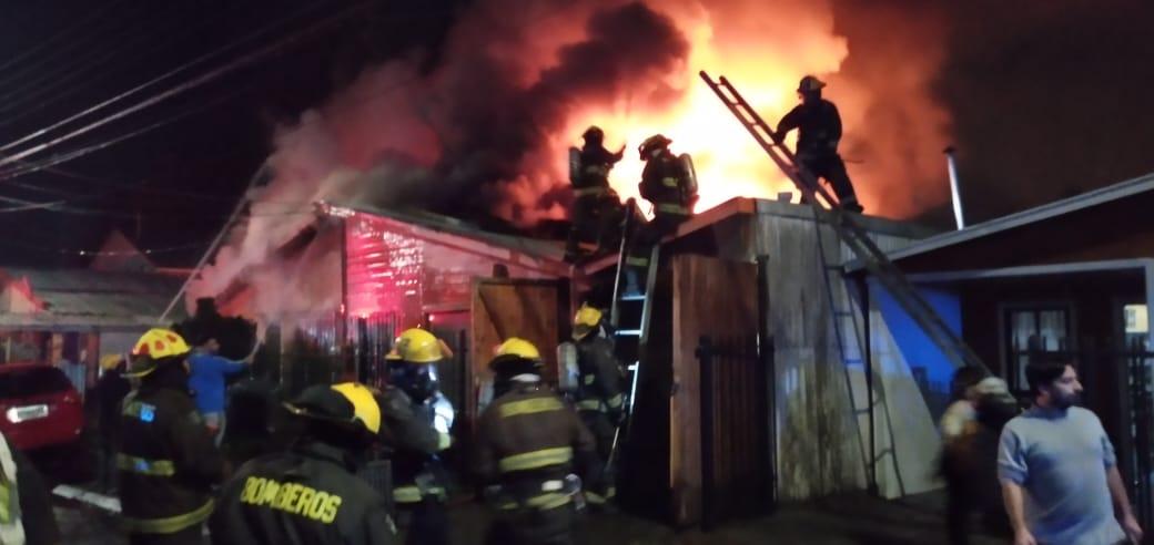 Incendio de proporciones afecta a dos viviendas en Los Ángeles