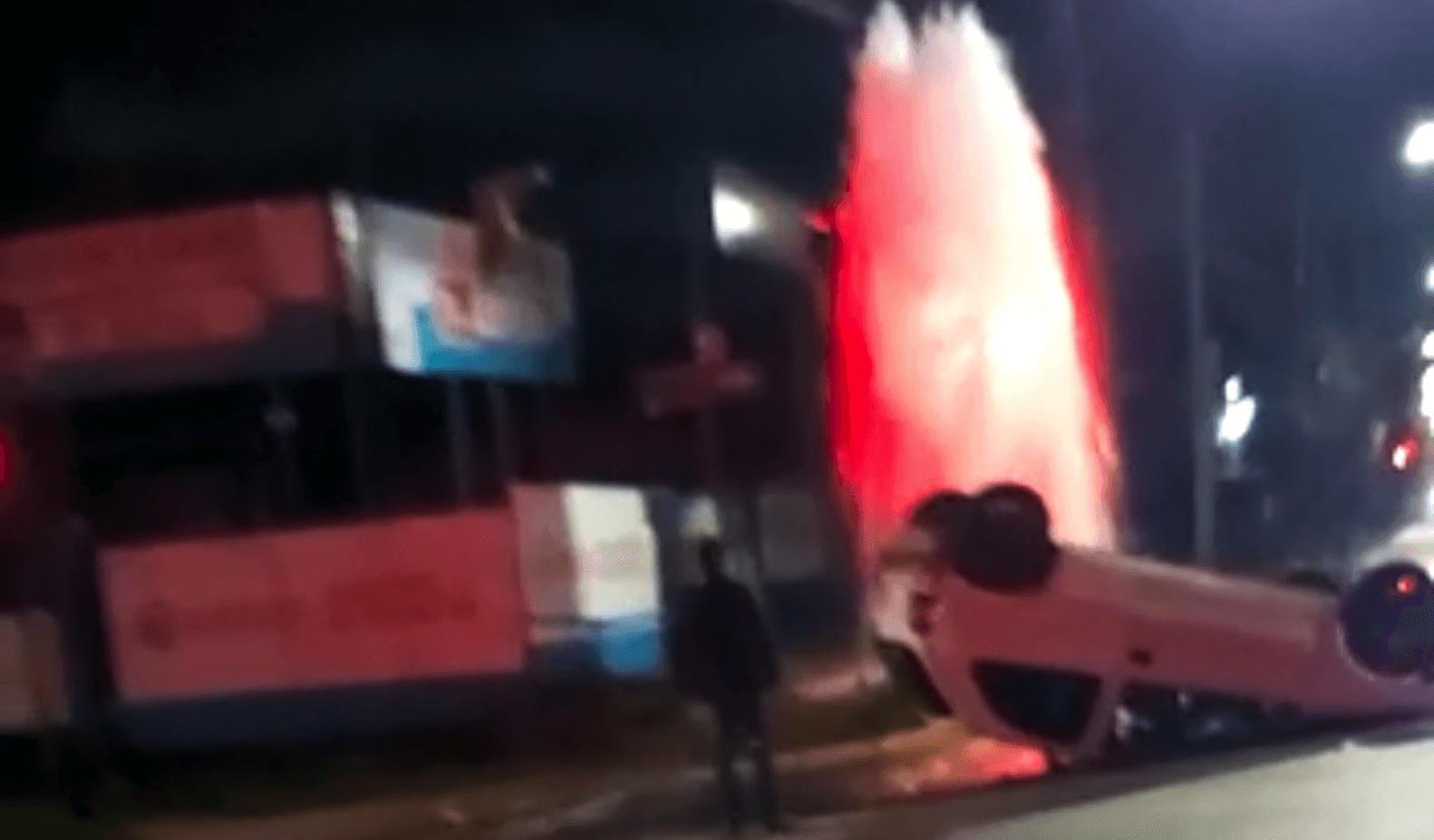 Conductor impacta un grifo y termina volcado en Los Ángeles