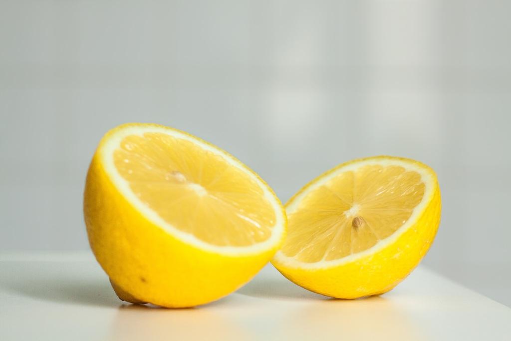 Nutricionista revela cómo exprimir un limón sin tener que partirlo