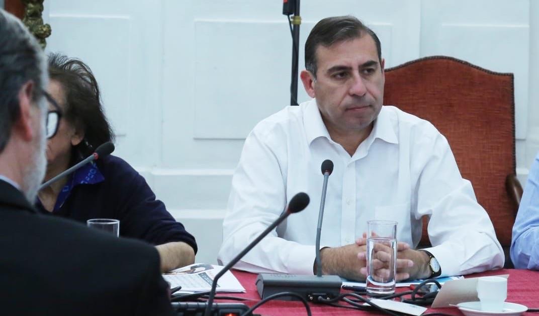 Diputado UDI deja abierto accidentalmente su micrófono durante sesión en el Congreso