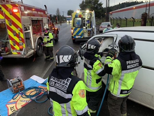 Conductor de furgón queda atrapado luego de colisionar con camión en Los Ángeles