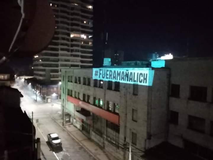 Gobierno por proyección de mensaje en edificio de Concepción: «Llamamos a construir»