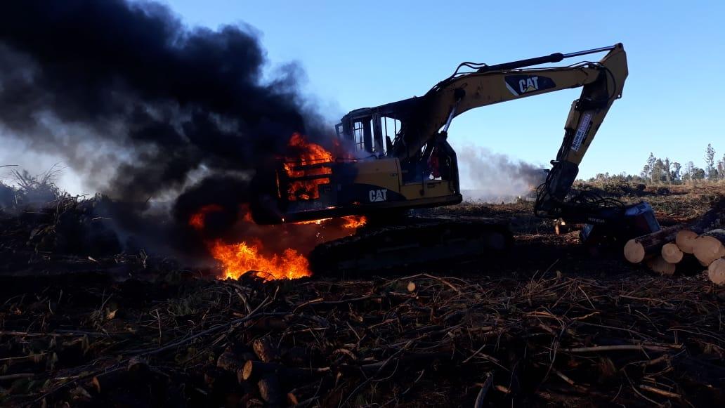Atentado incendiario afecta a maquinaria en predio de Forestal Mininco en Mulchén