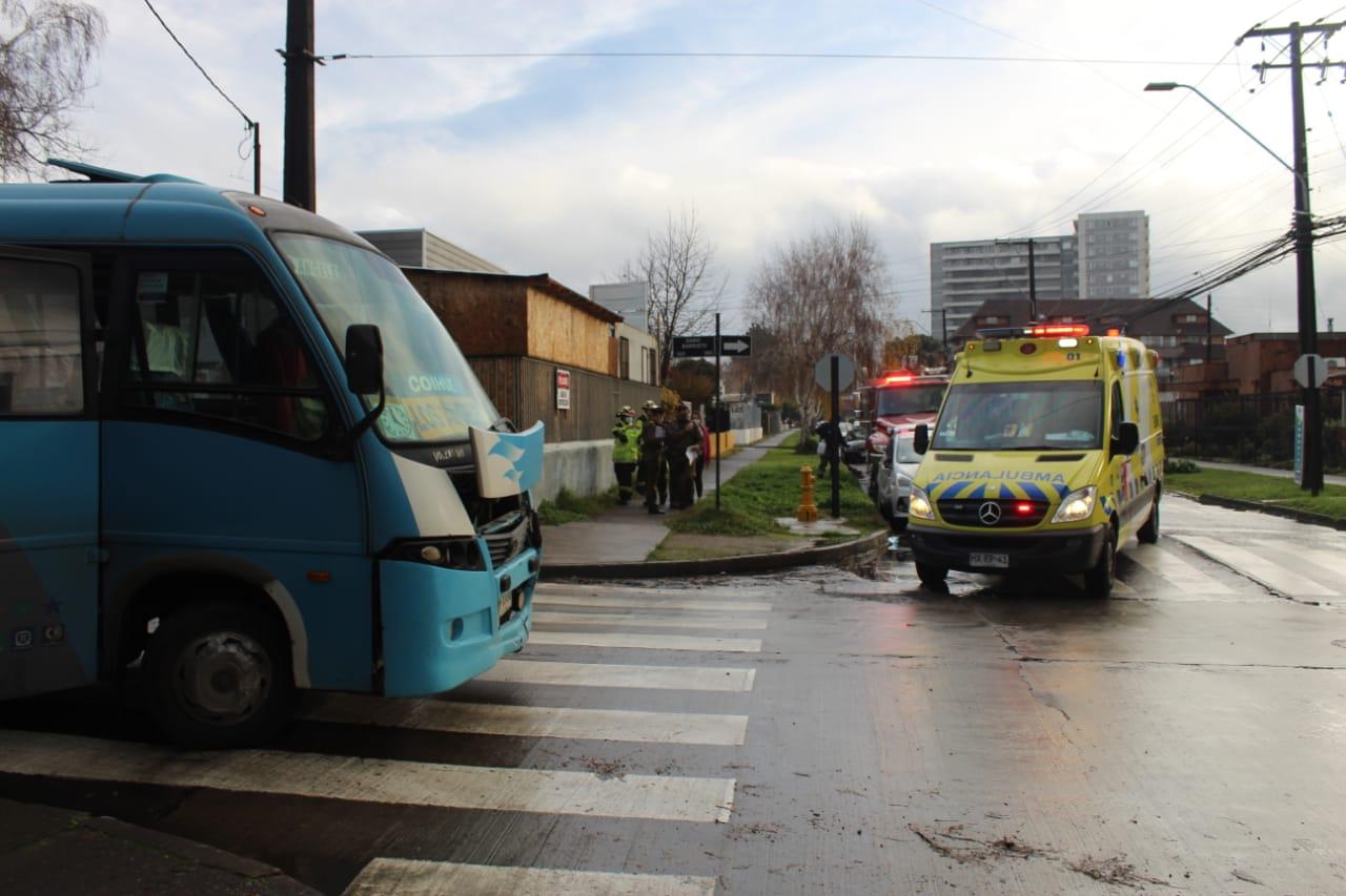 Conductora no respeta la señal de «Pare» es impactada por un microbus en Los Ángeles