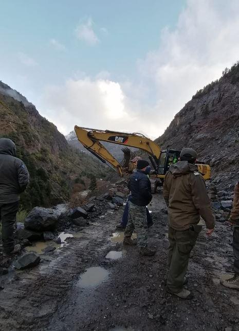 Derrumbe de rocas de gran tamaño corta camino en Alto Biobío