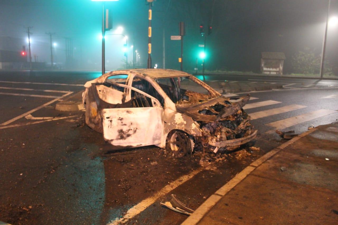 Investigan hallazgo de auto incendiado sin ocupantes en Los Ángeles