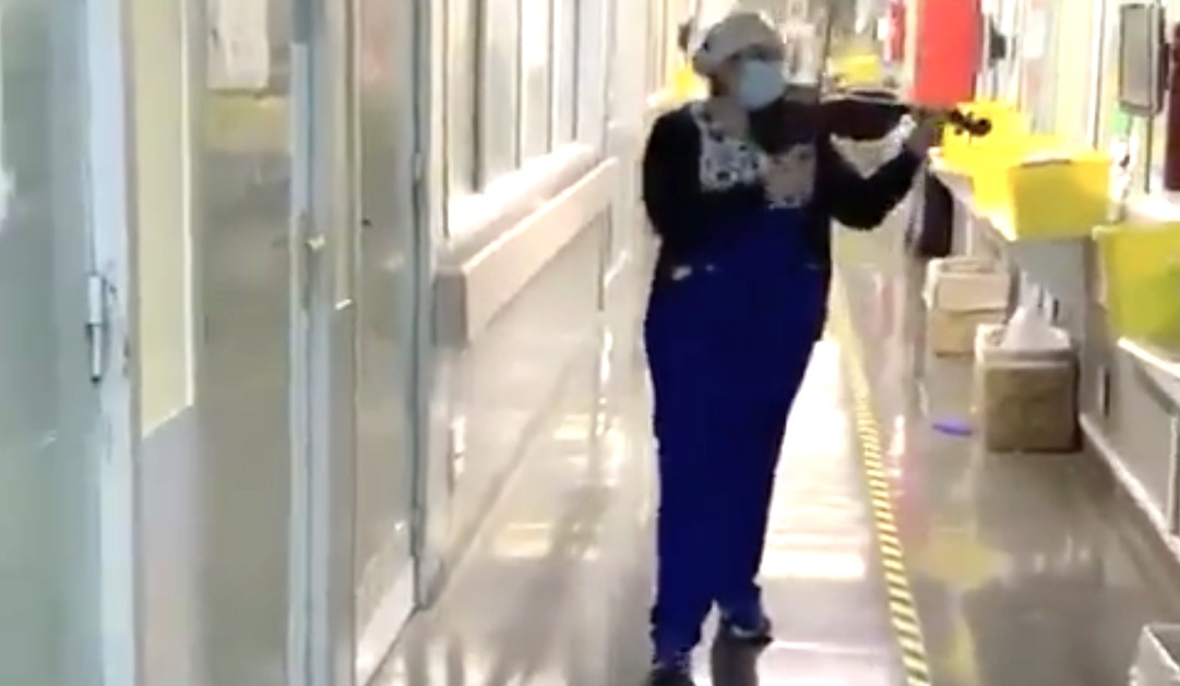 Técnico en enfermería tocó pieza en violín a pacientes críticos del Hospital El Pino