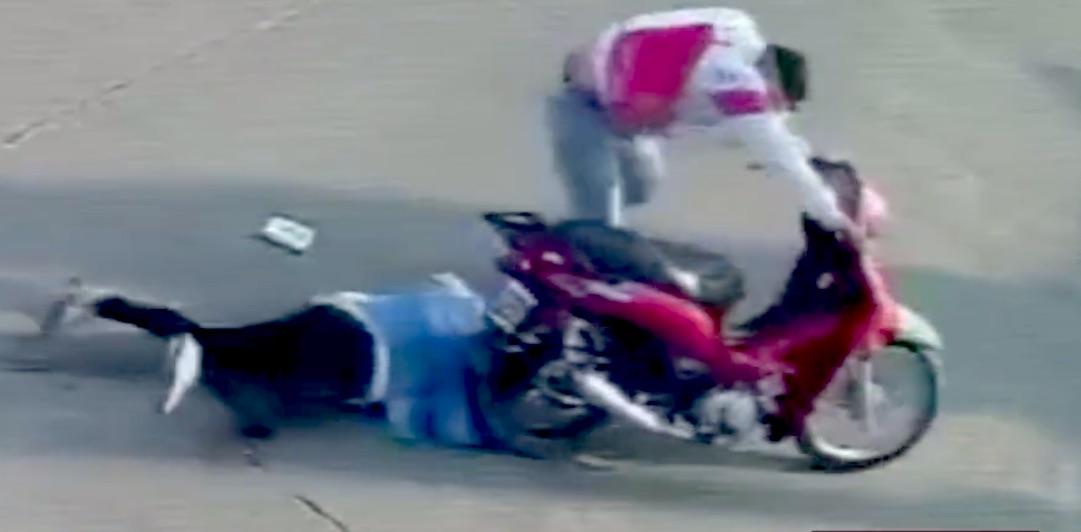 Brutal registro: Mujer fue asaltada por motorista y se le enredó el pelo en la rueda