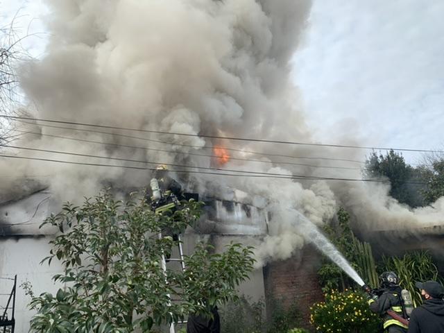 Incendio destruye por completo casa en Los Ángeles