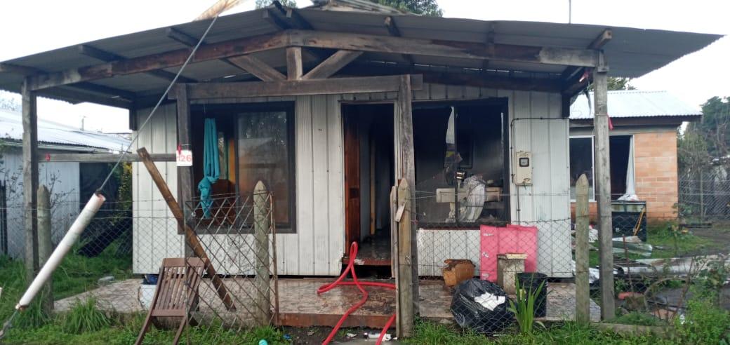 Incendio destruye todo el interior de una vivienda en Los Ángeles