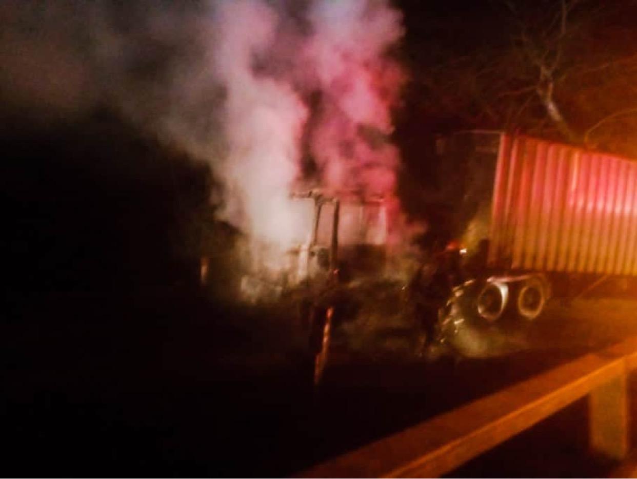 Atentado incendiario afecta al menos a dos camiones en Mulchén