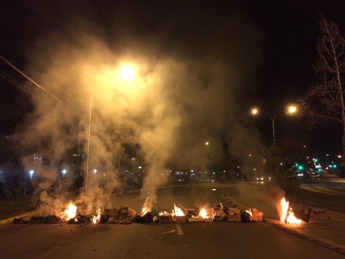 Barricadas y saqueos marcaron violenta noche de protestas en Santiago