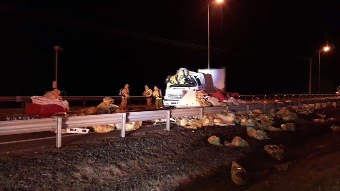 Camión volcó en Ruta 5 esparciendo residuos de exámenes por Covid-19