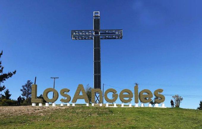 Instalan gigantesco letrero en principal acceso a Los Ángeles: mide 27 metros