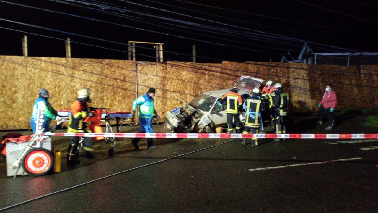 Conductor pierde el control y choca con un poste en Los Ángeles: 2 lesionados