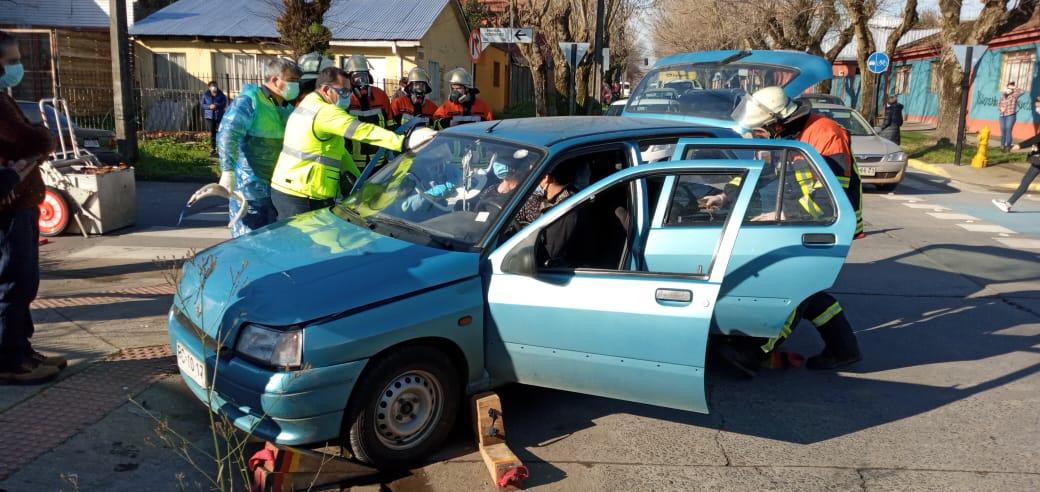 Accidente entre auto y camioneta deja dos lesionados en Los Ángeles