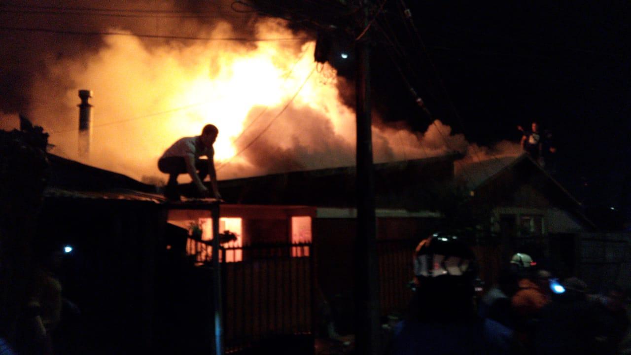 Voraz incendio consume una vivienda en Los Ángeles