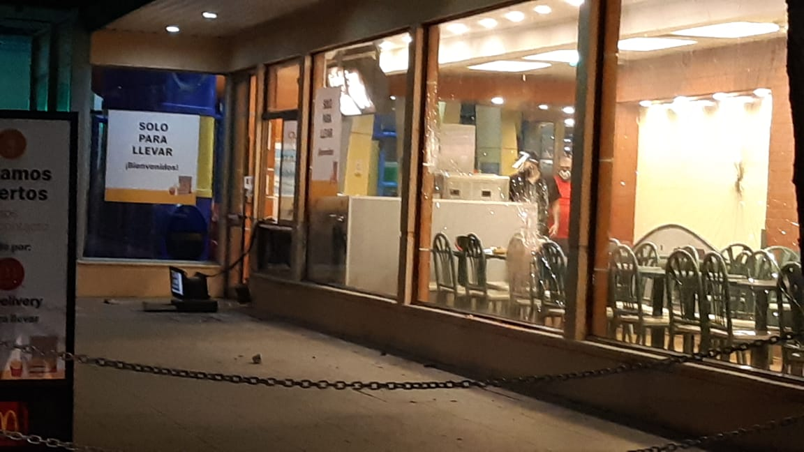 Infiltrados en marcha mapuche atacan McDonalds y roban dinero de la caja
