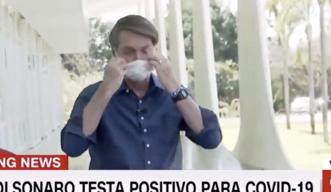 Bolsonaro da positivo para Covid y se saca la mascarilla frente a los periodistas