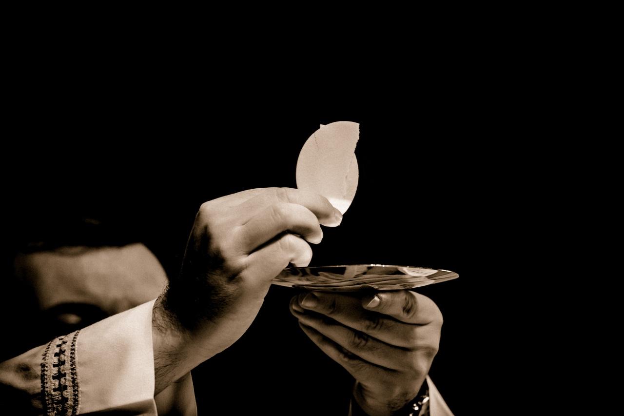 Sacerdotes y pastores deben usar mascarilla durante toda la celebración religiosa