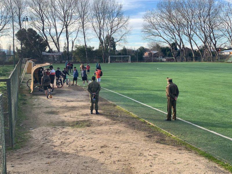 16 personas jugaban un partido de fútbol en el estadio de Nacimiento