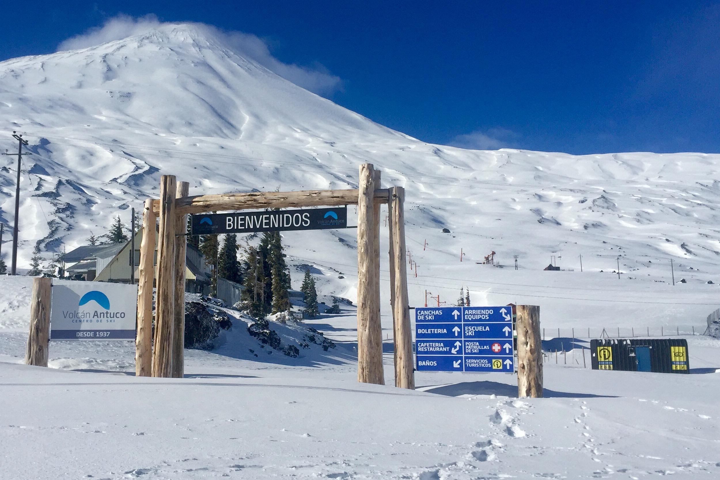 Sorprenden a tres personas esquiando en Volcán Antuco pese a medidas sanitarias