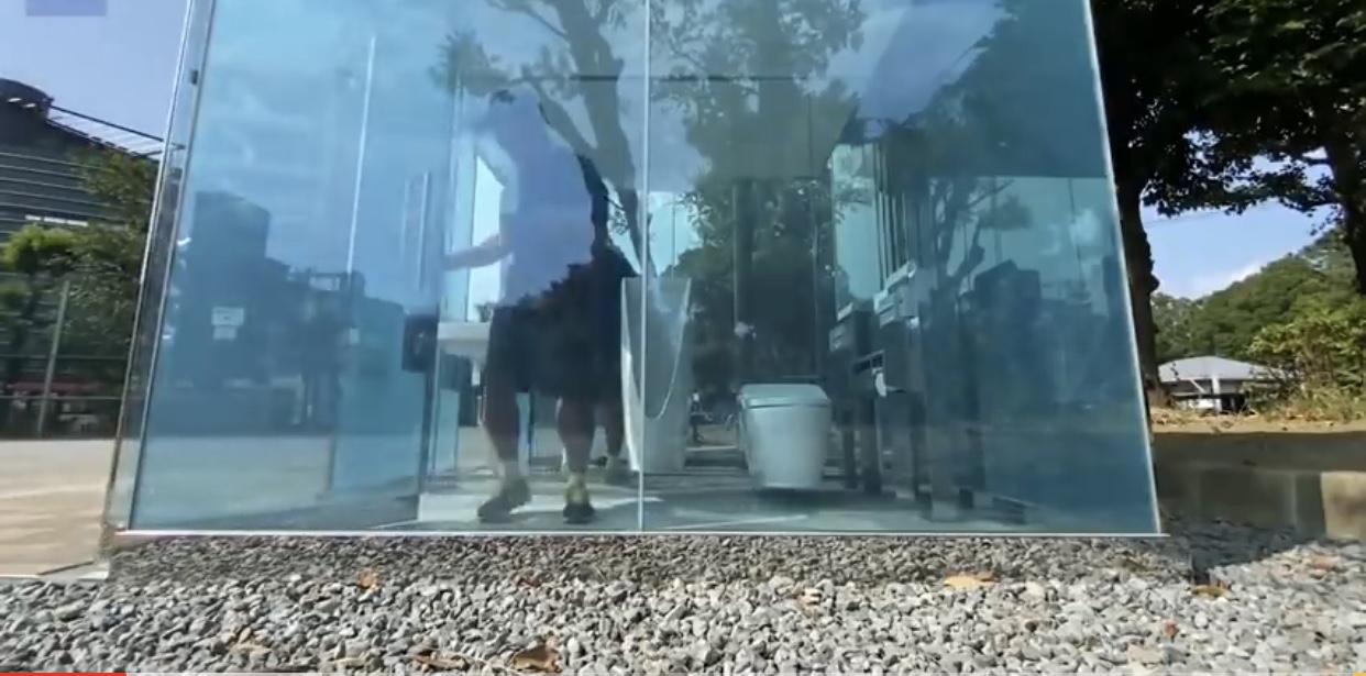 Japón inaugura sus baños públicos transparentes