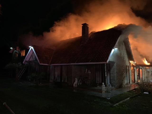 Incendio destruye vivienda en exclusivo condominio de Los Ángeles