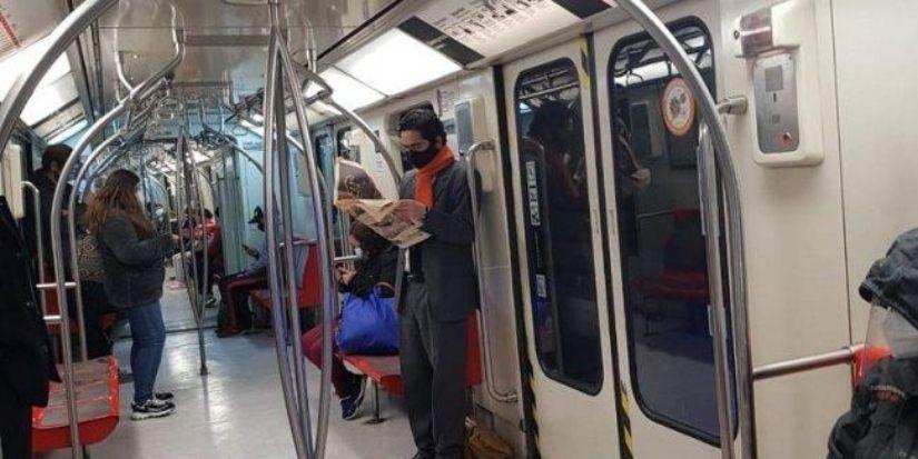 «Pasando piola»: ministro de Hacienda sorprende usando el Metro para ir al trabajo