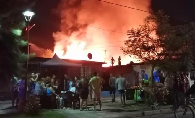 Pirotecnia de narcofuneral incendia una vivienda: Niño de 4 años en riesgo vital